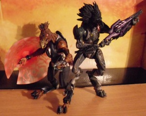 McFarlane Toys Halo Reach Skirmisher Minor and Halo 3 Jackal Major Comparison Picture